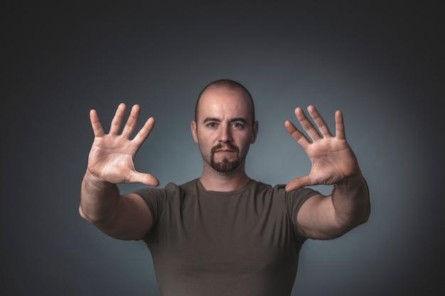Portrait D'un Homme Avec Les Mains Tendues Devant Lui Photo Premium