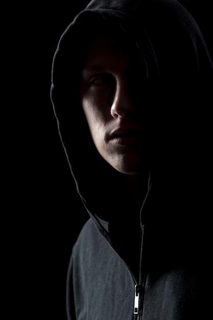 Portrait d'un homme mystérieux dans le noir Photo gratuit