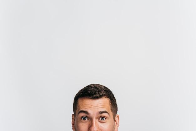 Portrait d'homme ne montrant que son visage Photo gratuit