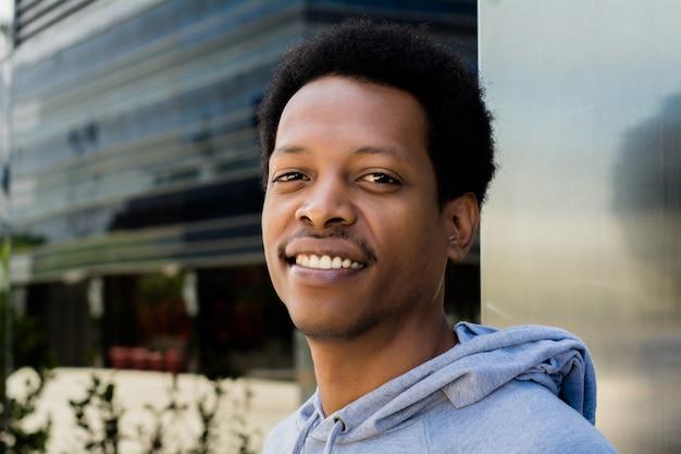 Portrait D'un Homme Noir En Milieu Urbain. Photo Premium