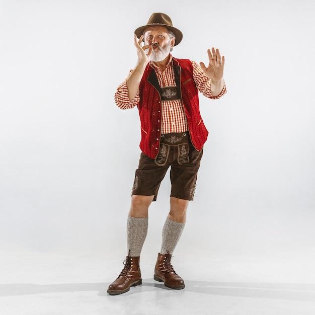 Portrait De L'homme De L'oktoberfest, Portant Les Vêtements Traditionnels Bavarois Photo gratuit