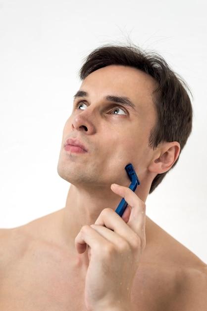 Portrait d'un homme pensant avec une lame de rasoir Photo gratuit