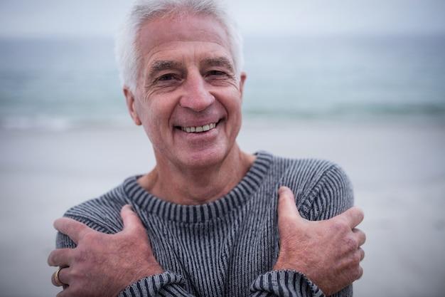 Portrait d'un homme senior en pull, sensation de froid Photo Premium