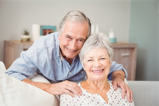 Portrait d'un homme senior romantique avec sa femme Photo Premium
