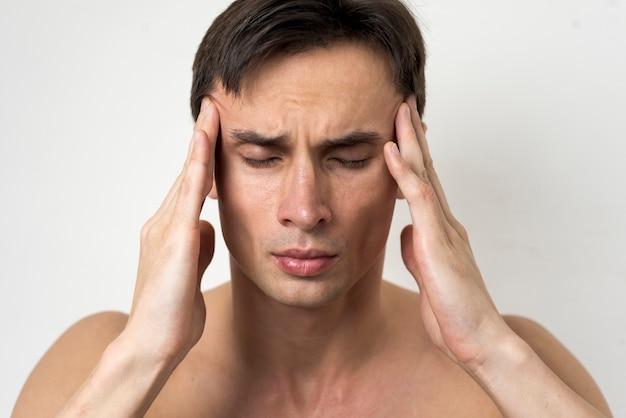 Portrait d'un homme souffrant de maux de tête Photo gratuit
