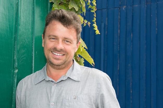 Portrait D'un Homme Souriant Bouchent Contre Le Jardin D'été. Photo Premium