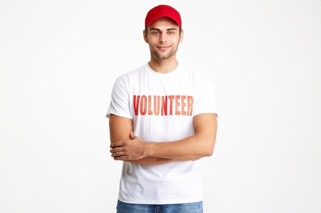 Portrait D'un Homme Souriant Confiant Portant Un T-shirt De Volontaire Photo gratuit