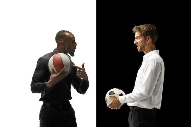 Portrait D'un Homme Souriant Tenant Un Ballon De Football Et De Basket-ball Isolé Sur Un Espace Blanc Et Noir Photo gratuit