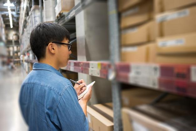 Portrait hommes asiatiques, personnel, comptage de produits warehouse control manager Photo Premium