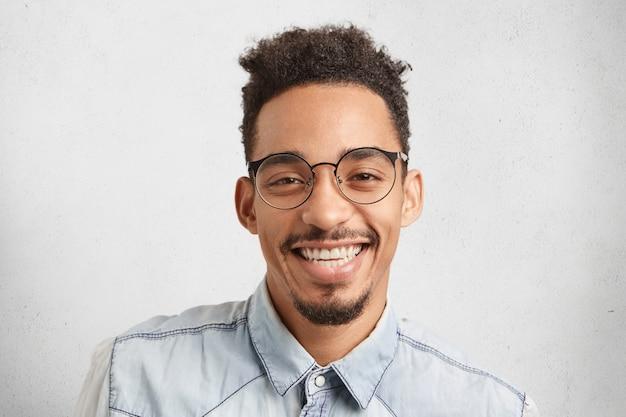 Portrait Horizontal D'heureux Entrepreneur Masculin Heureux De Réussir Photo gratuit