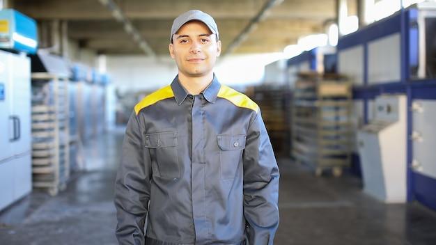 Portrait D'un Ingénieur Au Travail Dans Une Usine Photo Premium
