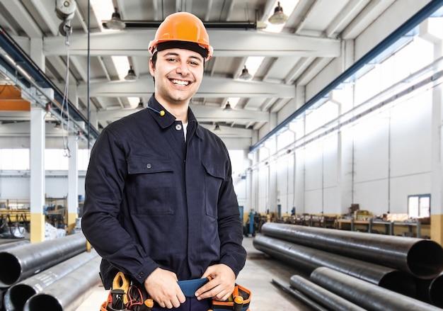 Portrait d'un ingénieur dans une usine Photo Premium