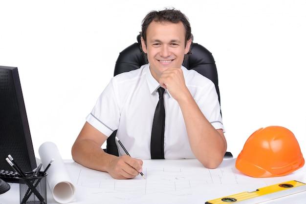 Portrait d'un ingénieur utilisant un pc au bureau de chantier. Photo Premium
