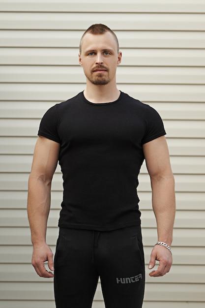 Portrait de l'instructeur de conditionnement physique avec les bras croisés Photo Premium