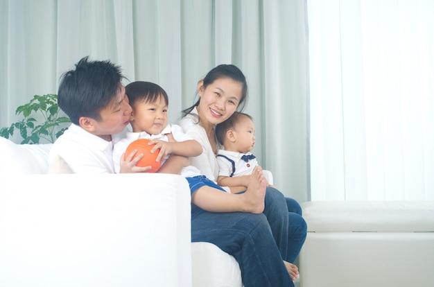 Portrait intérieur de famille asiatique Photo Premium