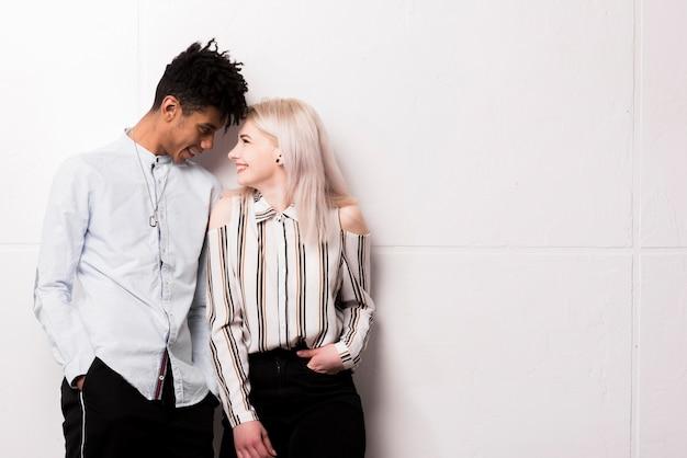 Portrait, interracial, sourire, couple adolescent, regarder, autre Photo gratuit
