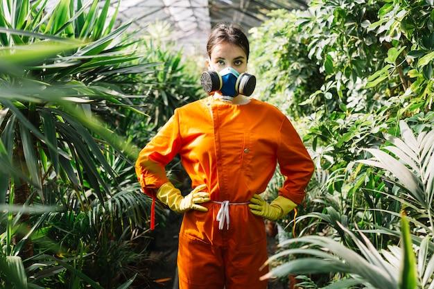Portrait, de, a, jardinier, porter, masque pollution, debout, dans, serre Photo gratuit