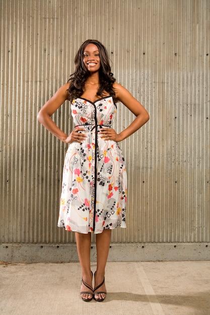 Portrait, de, a, jeune américain africain, debout, devant, mur béton, et, sourire, à, les, camera Photo Premium