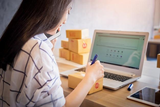 Portrait De Jeune Asiatique Travaillant En Ligne Avec Un Ordinateur Portable à La Maison Photo Premium