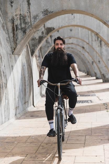 Portrait, jeune, barbu, vélo, voûtes Photo gratuit