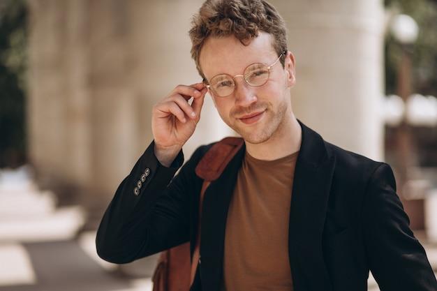 Portrait de jeune bel homme à lunettes Photo gratuit