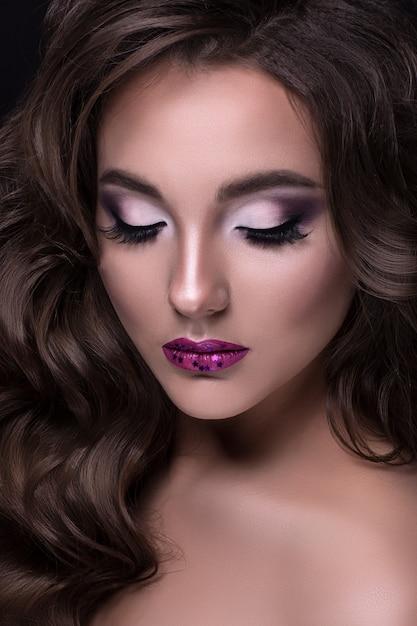 Portrait de jeune et belle brune Photo Premium