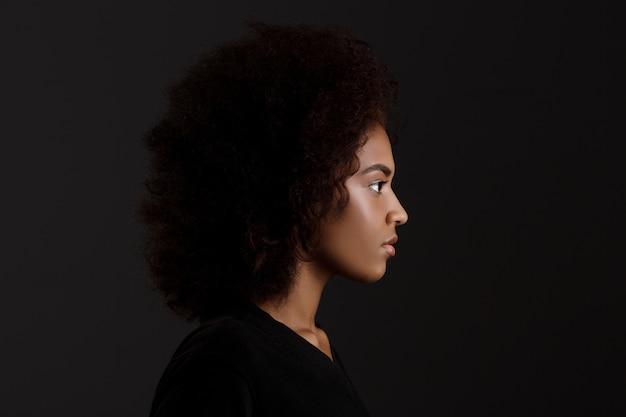 Portrait De Jeune Belle Fille Africaine Sur Mur Sombre Photo gratuit