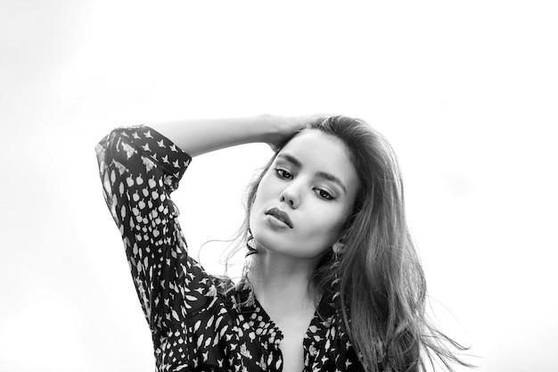 Portrait De Jeune Belle Fille Sur Un Fond Photo Premium