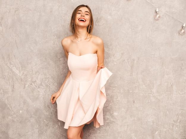 Portrait De Jeune Belle Fille Souriante En Robe Rose Pâle D'été à La Mode. Sexy Femme Insouciante Posant. Modèle Positif S'amusant Photo gratuit