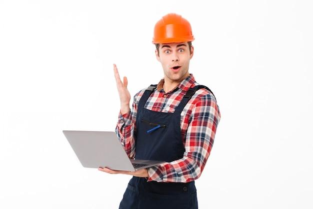 Portrait D'un Jeune Constructeur Masculin Excité Photo gratuit