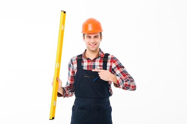 Portrait D'un Jeune Constructeur Masculin Joyeux Photo gratuit