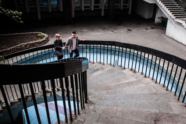 Portrait D'un Jeune Couple Aimant En Montant Les Escaliers Dans Une Ville Moderne. Le Concept De Relations Amoureuses Photo Premium