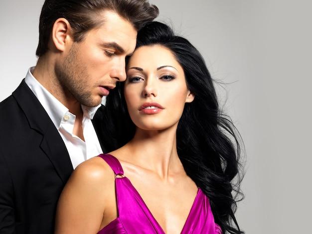Portrait De Jeune Couple Amoureux Posant Au Studio Habillé En Vêtements Classiques Photo gratuit
