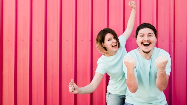 Portrait, de, jeune couple, apprécier, avec, joie, contre, ondulé, toile rouge Photo gratuit