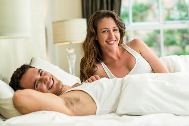 Portrait de jeune couple de détente sur le lit Photo Premium