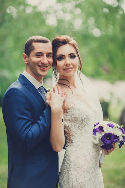 Portrait d'un jeune couple le jour de leur mariage Photo Premium