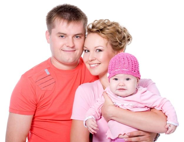 Portrait De Jeune Famille Heureuse Avec Beau Bébé Sur Photo gratuit