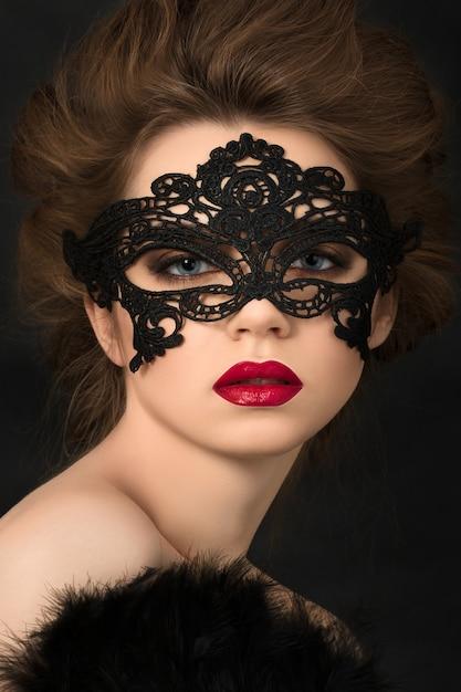 Portrait De Jeune Femme Adorable Portant Un Masque De Fête Noir Photo Premium