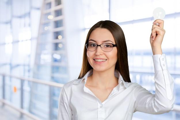 Portrait d'une jeune femme d'affaires ayant une brillante idée Photo Premium
