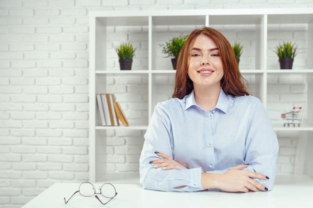 Portrait de jeune femme d'affaires gaie souriante heureuse au bureau Photo Premium