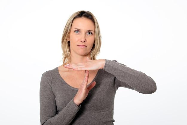 Portrait De Jeune Femme D'affaires Gesticulant Signe De Temps Mort Photo gratuit