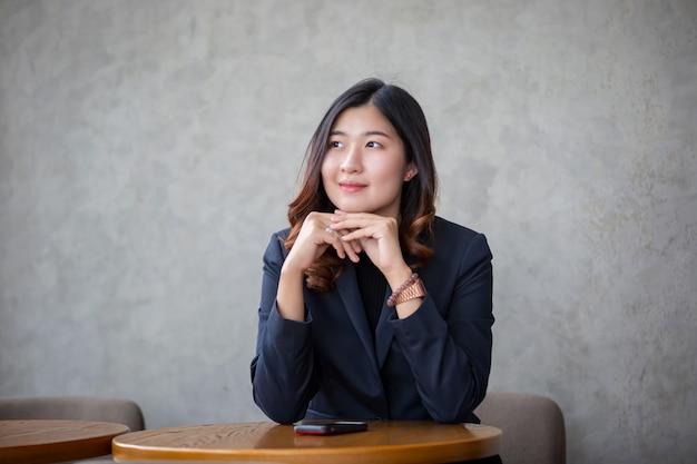 Portrait de jeune femme asiatique souriante détourner le regard Photo Premium
