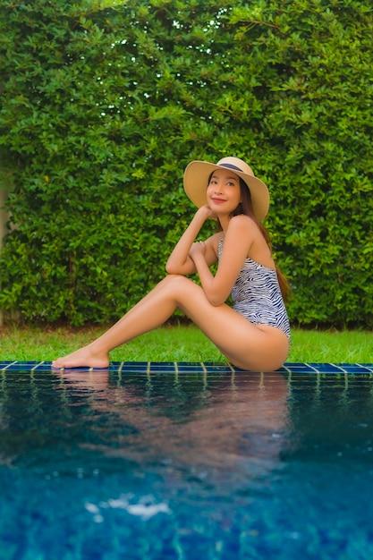 Portrait Jeune Femme Asiatique Sourire Heureux Se Détendre Autour De La Piscine Extérieure Photo gratuit