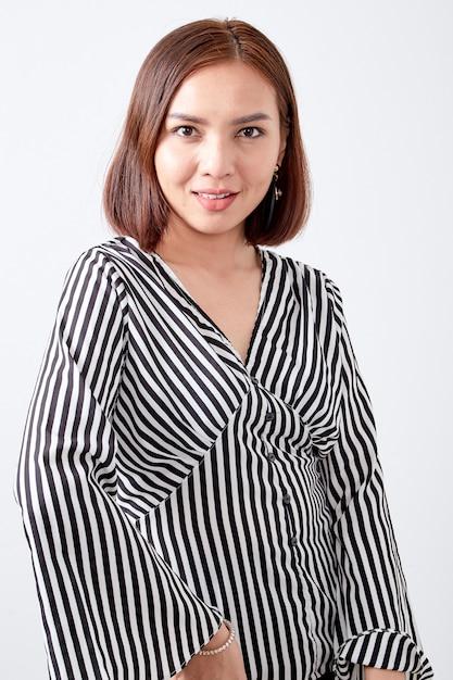 Portrait de jeune femme asiatique Photo Premium