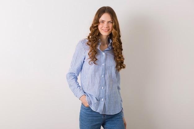 Portrait De Jeune Femme Assez Naturelle Posant En Chemise De Coton Rayé Bleu Contre Blanc Photo gratuit