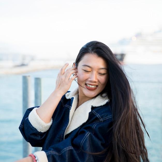 Portrait de jeune femme au bord de la mer Photo gratuit