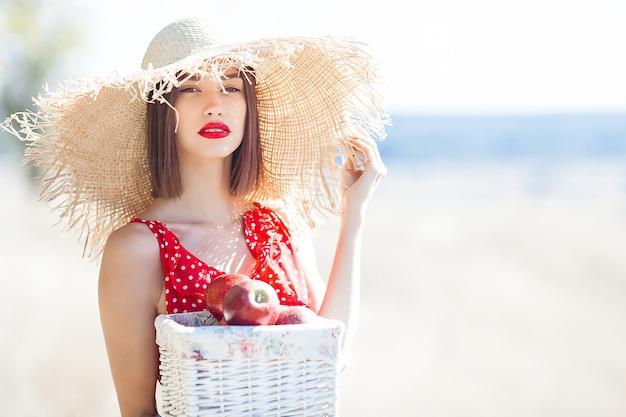 Portrait De Jeune Femme Belle à L'extérieur Sur L'été Juteux Ou L'automne Femelle Sur Le Temps De L'automne. Dame Sur La Nature Vêtue D'une Robe élégante Rouge. Photo Premium