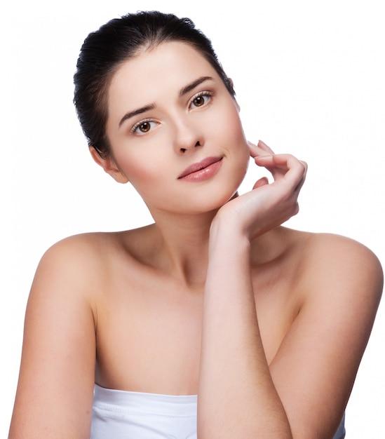 Portrait de jeune femme belle avec une peau saine Photo Premium