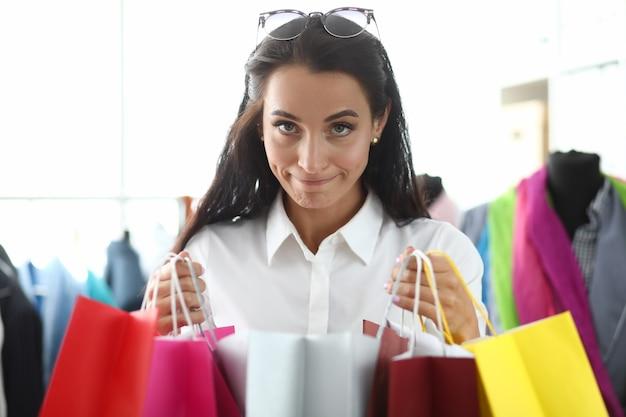 Portrait De Jeune Femme Belle Tenant Des Sacs Multicolores Avec Des Achats En Magasin. Shopaholism En Tant Que Concept De Trouble Mental Photo Premium