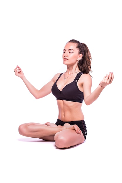 Portrait D'une Jeune Femme En Bonne Santé Faisant Des Exercices De Yoga, Isolé Sur Fond Blanc Photo gratuit